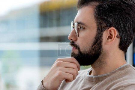 Portrait de gentil bel homme barbe semblantes émouvantes et loin