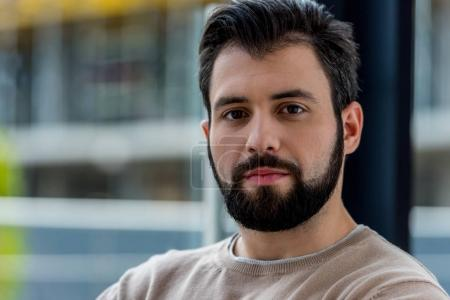Foto de Retrato de hombre guapo en suéter beige mirando a cámara - Imagen libre de derechos