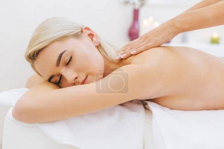 Photo pour Gros plan de la belle jeune femme pour massage - image libre de droit