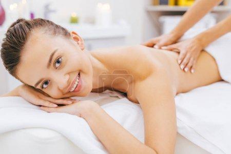 Photo pour Portrait en gros plan d'une jeune femme heureuse qui se fait masser au spa - image libre de droit
