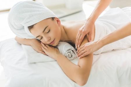 Photo pour Belle jeune femme ayant massage au salon - image libre de droit