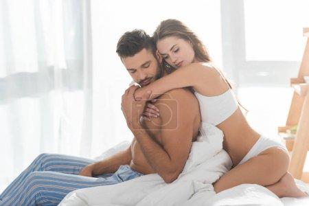 Photo pour Belle jeune femme embrassant petit ami par derrière - image libre de droit