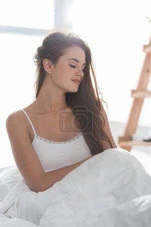 Photo pour Sommeil reposant dans son lit au matin jeune femme - image libre de droit