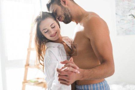 Photo pour Beau jeune couple dansant à la maison le matin - image libre de droit