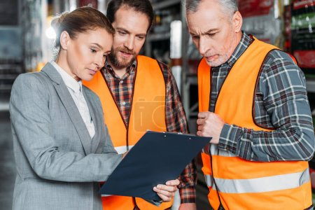 Photo pour Workers and inspector talking in shipping stock - image libre de droit