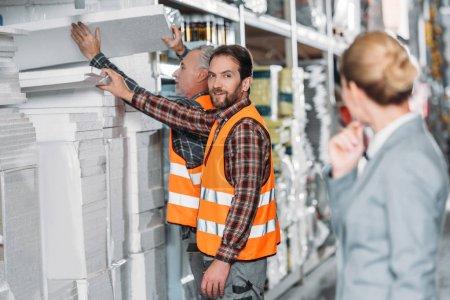 Foto de Trabajadores con espuma de poliestireno, de pie en el primer plano en almacén inspector - Imagen libre de derechos