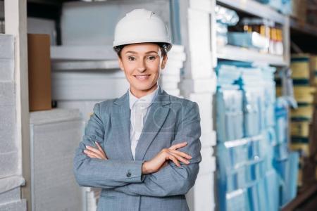 Foto de Mujer inspector de casco con brazos cruzados en envío de stock - Imagen libre de derechos