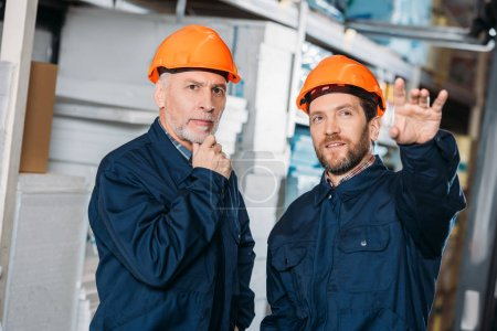 Photo pour Entrepôt montrant travailleur masculin à son collègue senior - image libre de droit