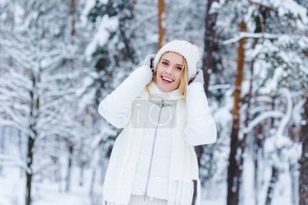 Photo pour Portrait de la belle femme heureuse dans la forêt d'hiver neigeux - image libre de droit