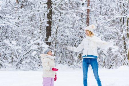 Photo pour Belle heureuse mère et fille jouant ensemble à winter park - image libre de droit