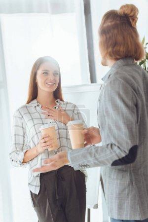 Photo pour Mâles et femelles des collègues parler pendant la pause café au bureau - image libre de droit