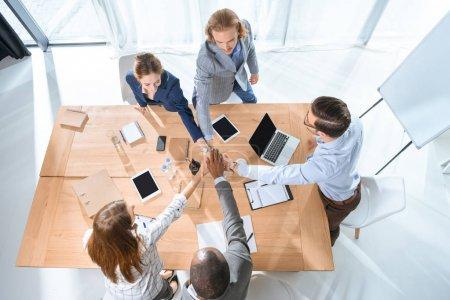 Photo pour Équipe d'affaires serrant la main sur la table à l'espace de bureau - image libre de droit