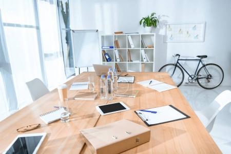 Foto de Vista del interior de la oficina vacía con una mesa y bicicleta contra la pared - Imagen libre de derechos