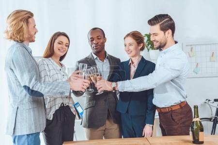 Photo pour Équipe d'affaires célébrant avec des boissons dans les verres à l'espace de bureau - image libre de droit
