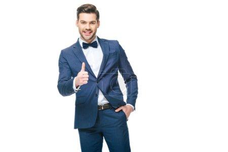Foto de Retrato de hombre sonriente en traje mostrando el pulgar hacia arriba aislado en blanco - Imagen libre de derechos