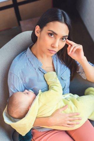 Photo pour Portrait de mère coûteuse avec bébé reposant sur un fauteuil à la maison - image libre de droit