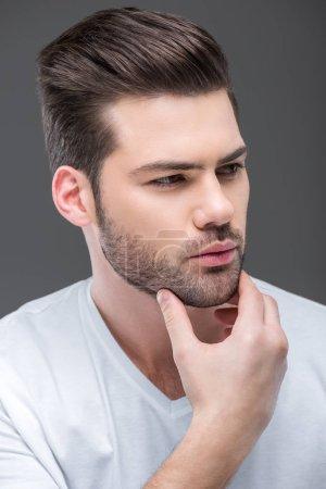 Photo pour Portrait d'un bel homme barbu et pensif, isolé sur du gris - image libre de droit