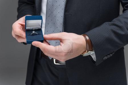 Photo pour Vue recadrée de l'homme propose de l'anneau isolée sur fond gris - image libre de droit