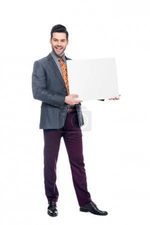 Photo pour Sourire d'homme d'affaires en costume tenant la plaque vierge, isolé sur blanc - image libre de droit