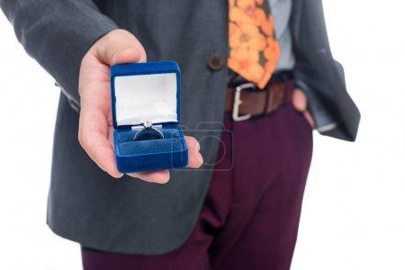 Photo pour Vue recadrée de l'homme propose de l'anneau, isolé sur blanc - image libre de droit