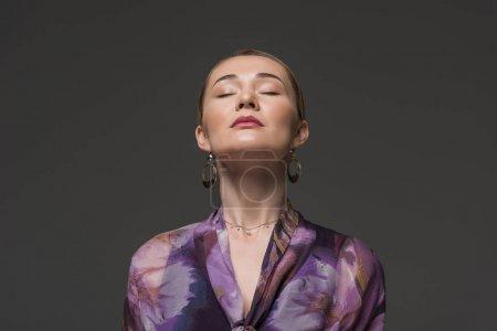 Portrait de femme kazakh sensuelle yeux fermés isolés sur fond gris