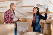 """Постер, картина, фотообои """"афроамериканец пара Распаковка и ссориться с картонные коробки в новой квартире"""""""