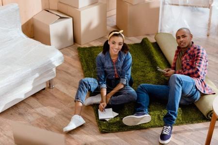 Photo pour Smiling couple afro-américain planification budgétaire dans Maison Neuve - image libre de droit