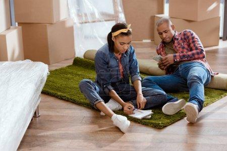 Photo pour Couple afro-américain planification budgétaire dans Maison Neuve - image libre de droit