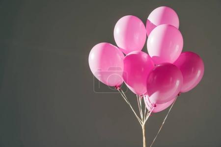 Photo pour Ballons roses pour la fête, isolés sur gris - image libre de droit