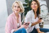 """Постер, картина, фотообои """"привлекательные улыбающиеся женщины с красным вином, проводить время вместе"""""""