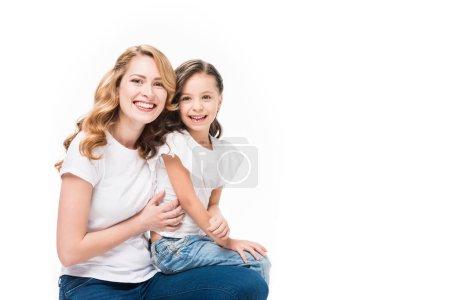 Portrait de souriant mère et fille isolé sur blanc