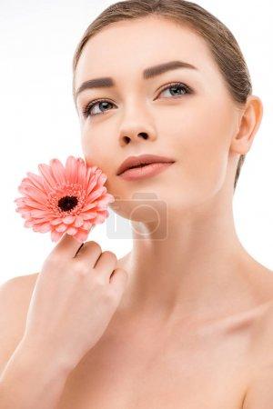 Photo pour Fille rêveuse avec une peau propre parfaite tenant fleur, isolé sur blanc - image libre de droit