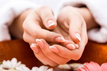 Photo pour Vue recadrée de femme faisant des procédure de spa pour les ongles - image libre de droit