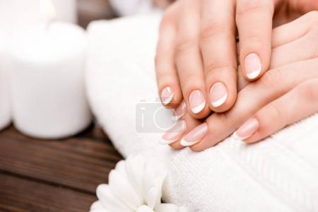 Photo pour Recadrée vue de femme faisant la médecine dans un salon de beauté, concept de soins des ongles - image libre de droit