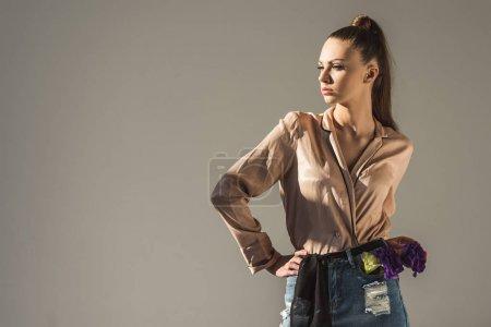 Photo pour Belle fille élégante pising en chemisier, isolé sur gris - image libre de droit