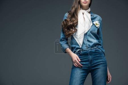 Photo pour Vue recadrée de fille avec les cheveux longs, posant en écharpe et denim chemise à fleurs, isolé sur fond gris - image libre de droit