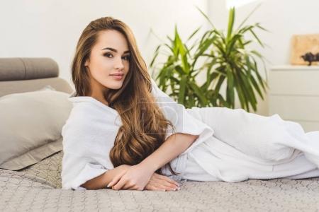 Foto de Bastante joven en reposo en cama en casa de baño - Imagen libre de derechos