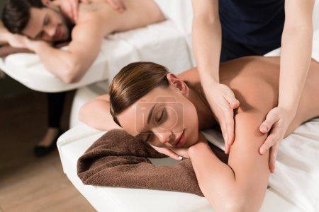 Photo pour Détente jeune couple ayant massage dans le centre de bien-être - image libre de droit