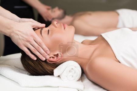 Photo pour Gros plan vue partielle de jeune couple ayant massage dans le salon de spa - image libre de droit