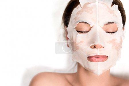 Photo pour Belle jeune femme en masque sur le visage relaxant les yeux fermés dans le salon spa - image libre de droit