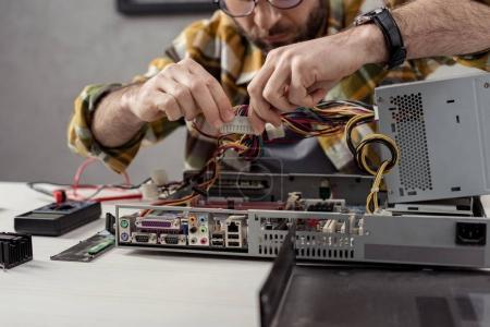 Photo pour Image recadrée de l'homme fixation partie de l'ordinateur - image libre de droit