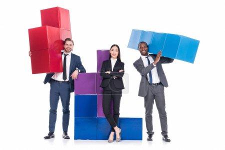 Foto de Empresarios multiétnica con coloridos bloques aislados en concepto de cooperación empresarial blanco - Imagen libre de derechos