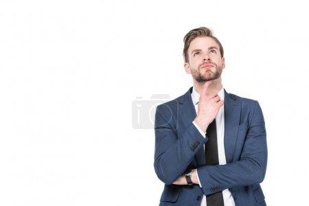 portrait d'homme d'affaires caucasien réfléchi en costume isolé sur blanc