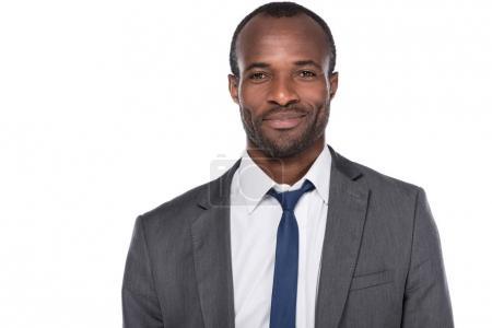Photo pour Portrait d'un homme d'affaires afro-américain souriant en costume isolé sur blanc - image libre de droit