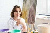"""Постер, картина, фотообои """"Молодая девушка творческой рукой подбородок в свете студии"""""""