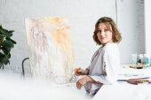 """Постер, картина, фотообои """"Творческих девушка мечтает на мольберте в свете студии"""""""