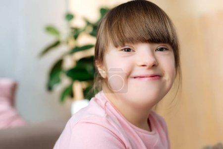 Photo pour Portrait d'un enfant souriant atteint du syndrome du duvet - image libre de droit