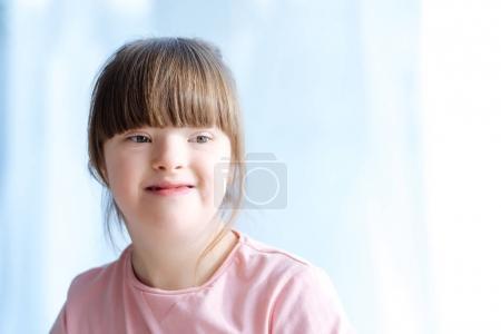 Photo pour Portrait d'enfant mignon avec le syndrome du duvet - image libre de droit