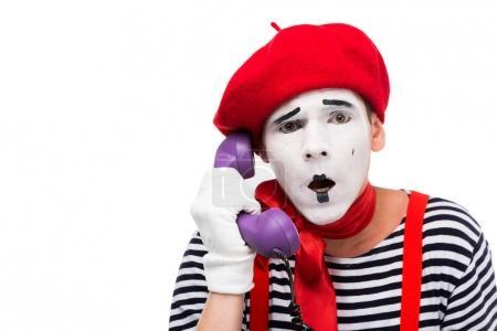 Photo pour Mime choqué parler par téléphone stationnaire ultra violet rétro isolé sur blanc - image libre de droit