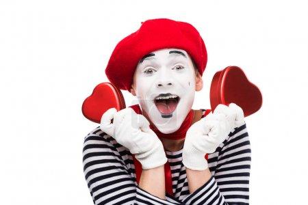 Photo pour Heureux mime tenant des boîtes-cadeaux en forme de coeur isolé sur blanc, st concept Saint-Valentin - image libre de droit